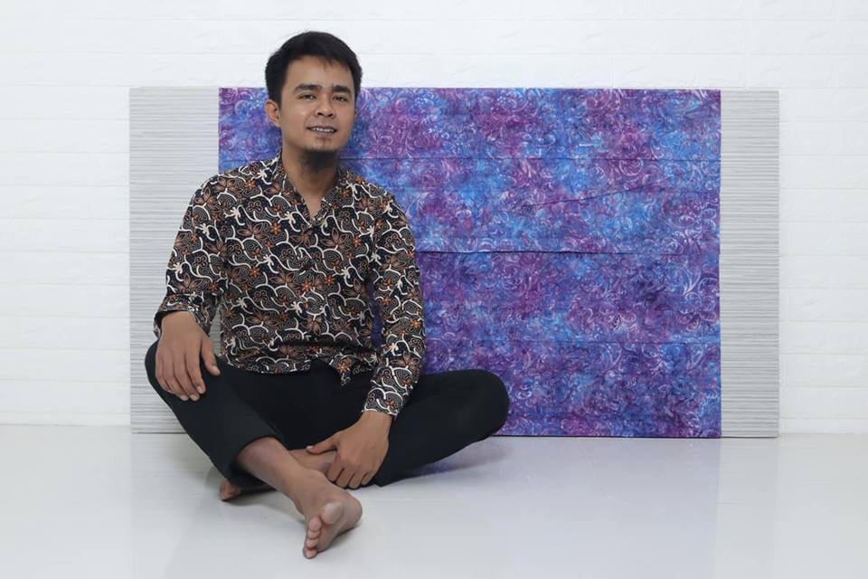 Batik fabric navy is that has dark blue color